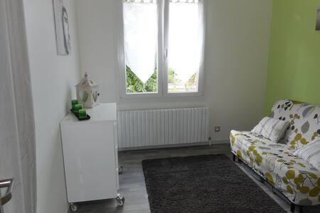 Chambre dans maison de ville rénovée avec jardin - Audincourt - Casa
