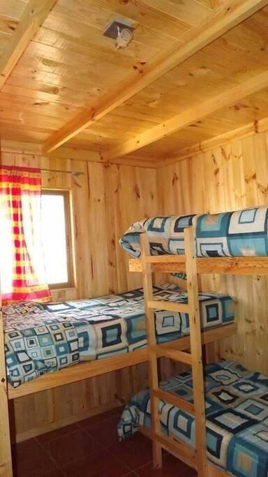 Habitación N°2 cuenta con 03 camas de 1 plaza