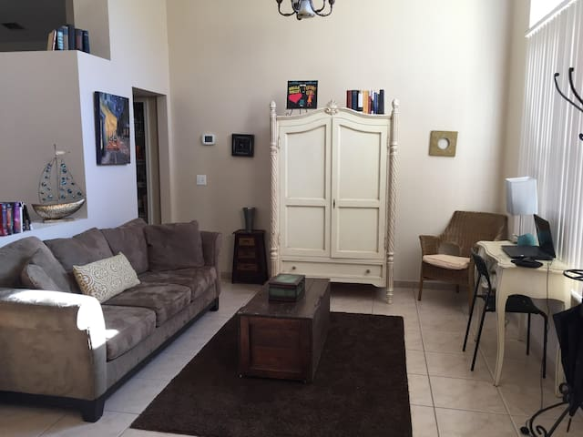 Enjoy our 2300 sq ft home, 4/2 on quiet cul-de-sac - Oviedo - Casa