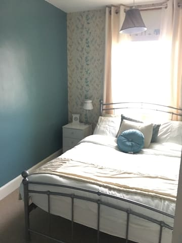 Clean friendly room close to town - Edimburgo - Casa