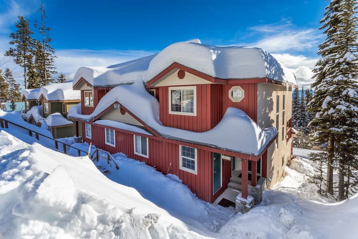 4 BR Chalet, Ski In/Ski Out with private hot tub