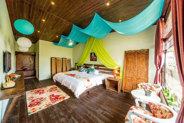 拉开窗帘,阳光和煦,满园花香,给你不一样的度假之旅,热水充足,鸭绒被芯乳胶床垫,免费停车,可垂钓烧烤 - Lijiang - Apartment