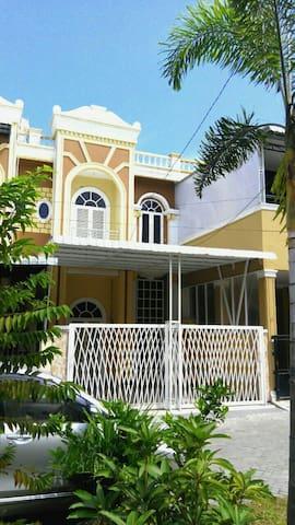 Rumah sewa/penginapan Medan guest house ( castle )