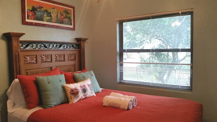 Downtown Orlando- Owl cottage room