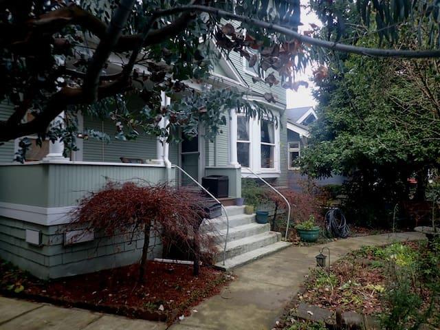 Comfy Garden Apartment; Columbia City Seattle