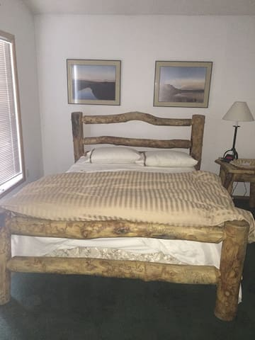 Queen bed/hot tub/pool/walk to Main - Frisco