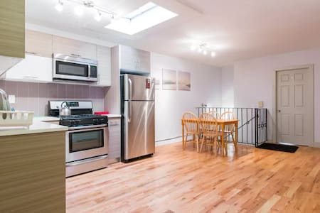 Cozy Room for Couples/Lone travelers in Brooklyn - Brooklyn - Townhouse
