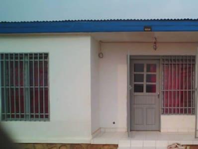 Une petite maison sympas clôturée avec gardien....