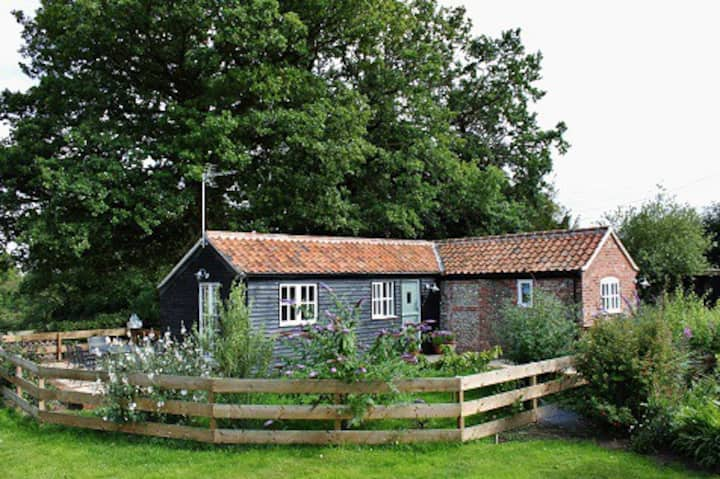 The Barn, a peaceful cottage by Rockland Broad