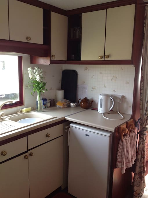Well equipped kitchen with kettle and tea/coffee making facilities.fridge, gas cooker, grill, toaster and cafetière. Ample cooking equipment.