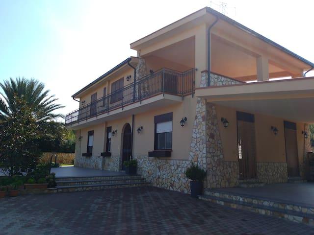 villa canape' (piscina privata stagionale)