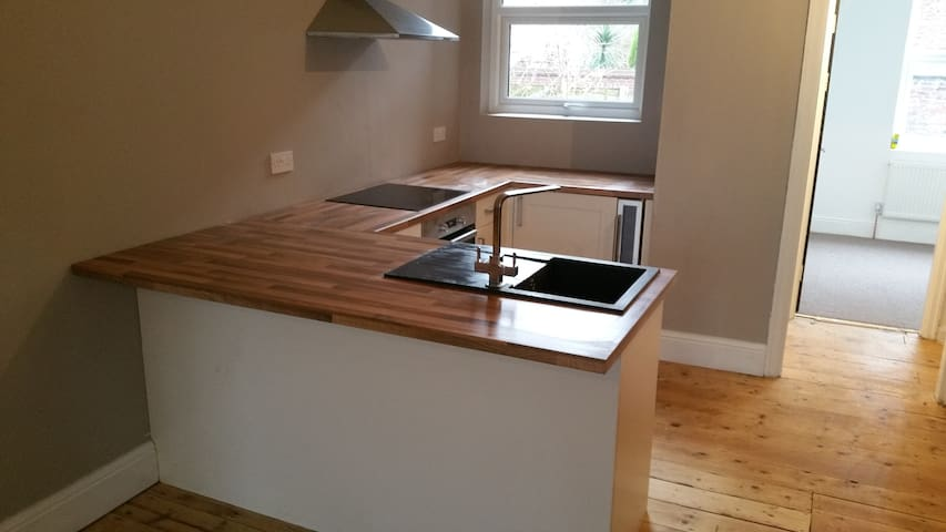 Spacious 3 Bedroom By Train Station (1)
