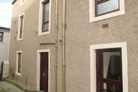 2 bedrooms on ground floor of historic Townhouse - Wick