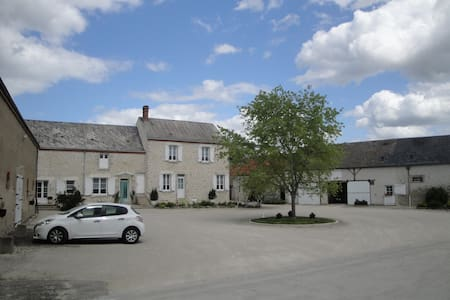 Ferme de la poterie, Chambre rose - Donnery - Bed & Breakfast