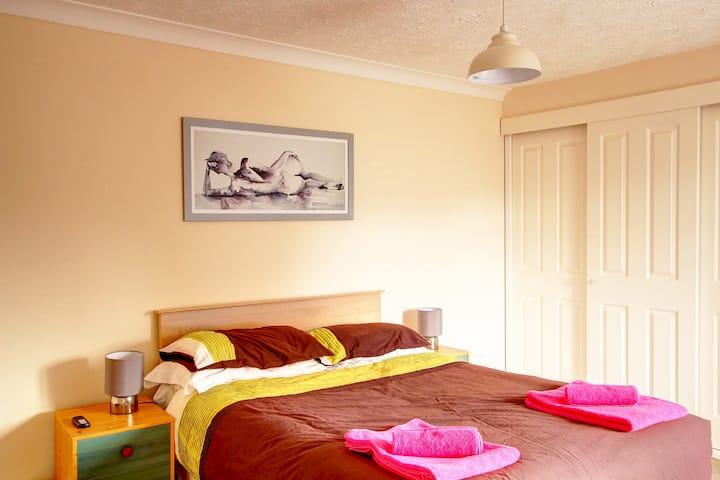 Elvington House, entire house, parking, garden, WiFi, hospital area sleeps 5
