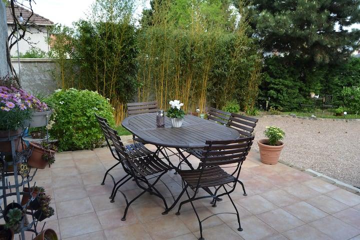 3 chambres, 2 sdb wc cuisine privés/ terrasse