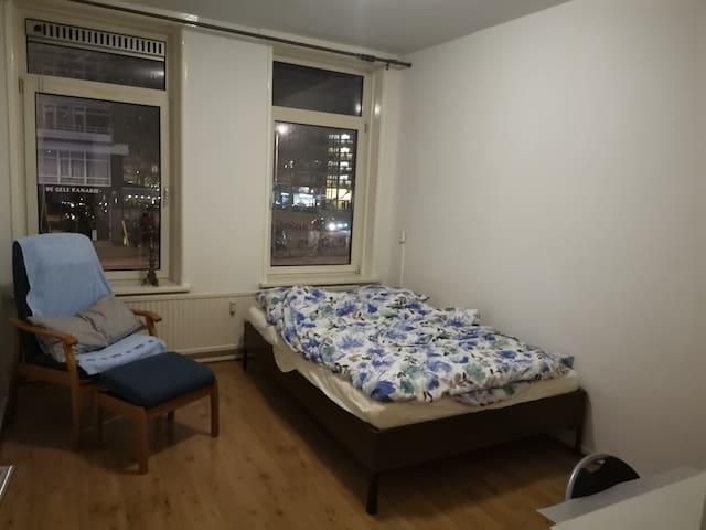 市中心的大床房间