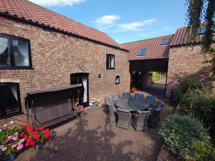 Converted Barn near York with Hot Tub