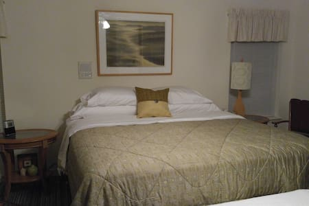 Luxury suite-king bed-private bath & living rm - Springdale - Talo