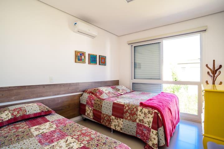 Suite, uma cama de casal e uma bicama, quarto para 4 pessoas
