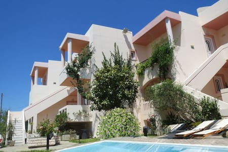 Holiday apartment with new Pool near the Beach - Xamoudochori - Apartamento com serviços incluídos