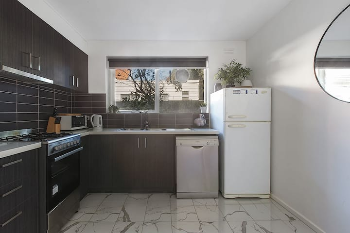 Generous and bright 3BR APT in quiet, leafy street