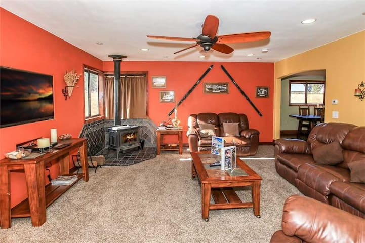 Alpine Tuscany Tower Condo - Located in the Village, WiFi, fireplace, and Cable TV!