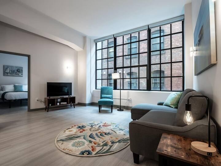 Beautiful Condo - Heart of Business District # 902