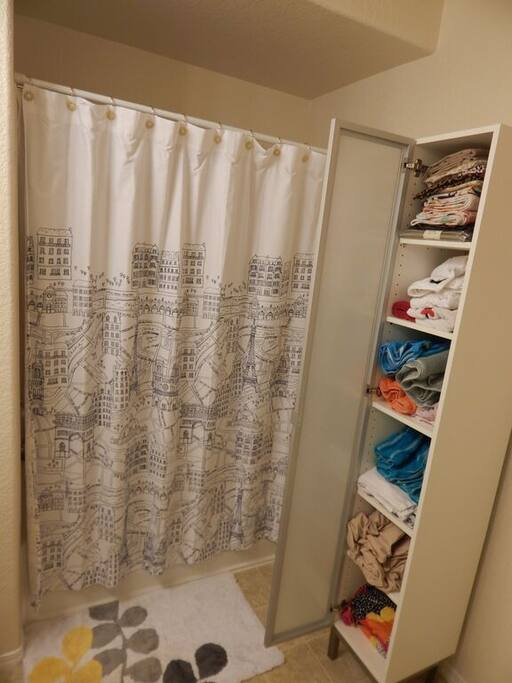 2nd Bathroom with plenty of linens
