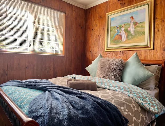 Zeekoe Lodge Family House Secondary bedroom - downstairs (en-suite).