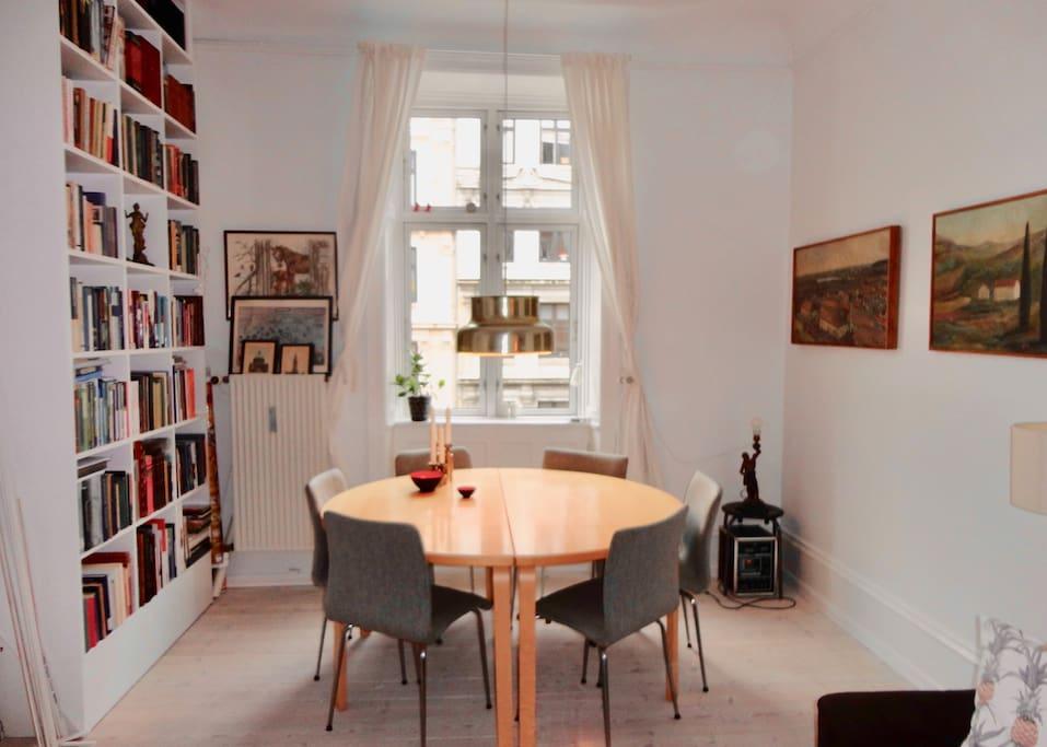 Stuen med spisebord