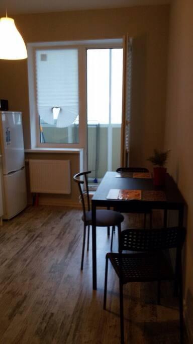 Уютная кухня с выходом на застеклённую лоджию