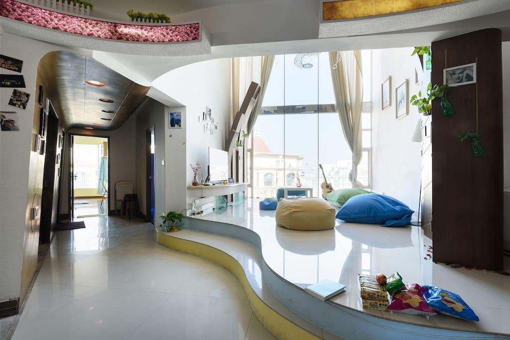 第一层的客厅及饭厅的实景,可容纳20人以上的聚餐