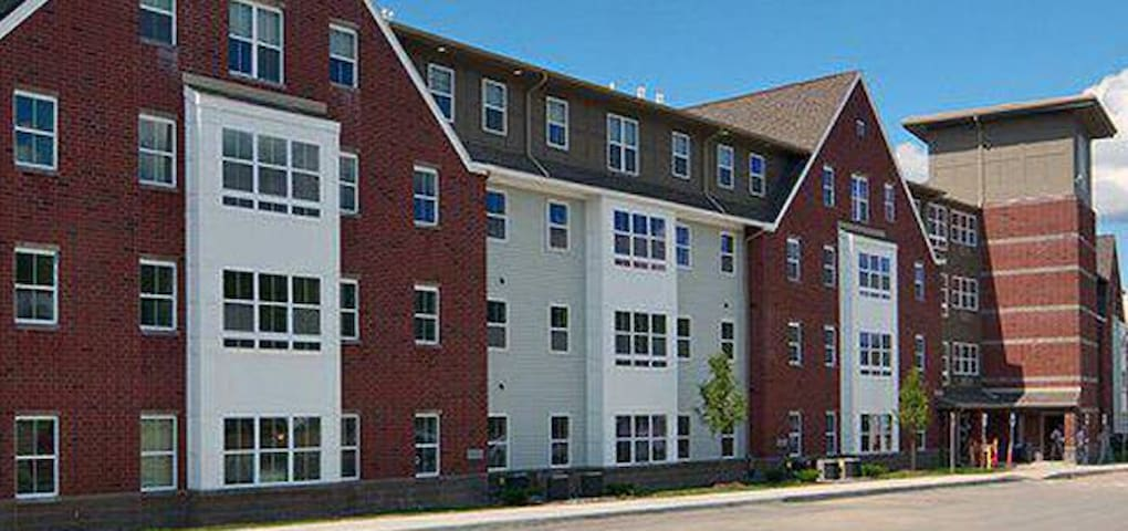 4 bedrooms available in apartment Price by person.