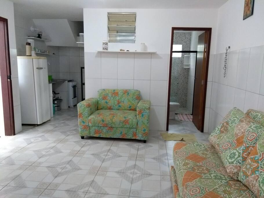 Visão da sala e cozinha.