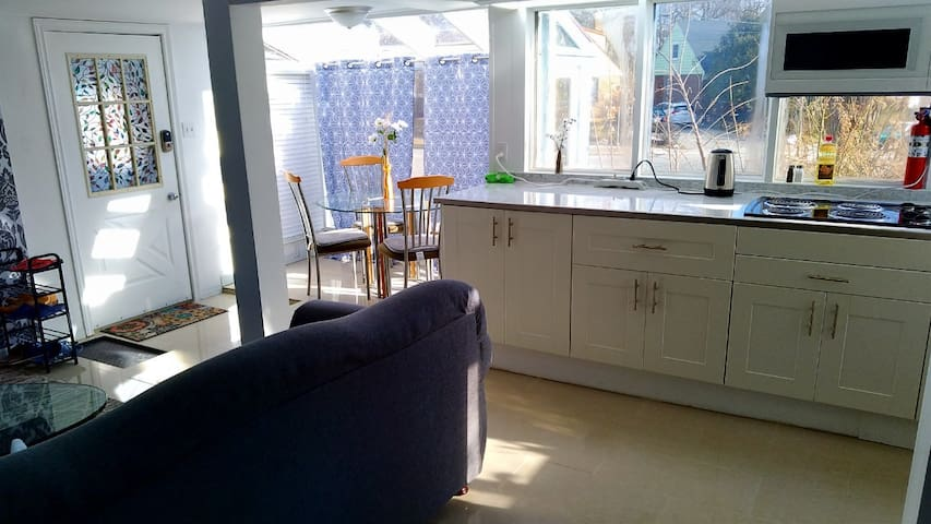 Bright and Airy Two Bedroom free parking & wifi