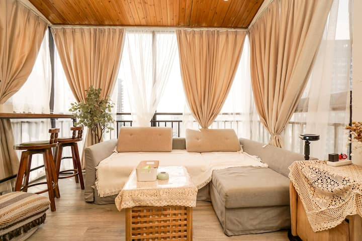 【白茶】一号线桐梓林地铁口复式小跃层房三面落地窗复古风小套房沙发床可住3人