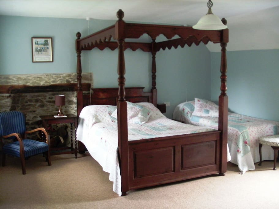 Double 4 poster & single bed. Ensuite shower.