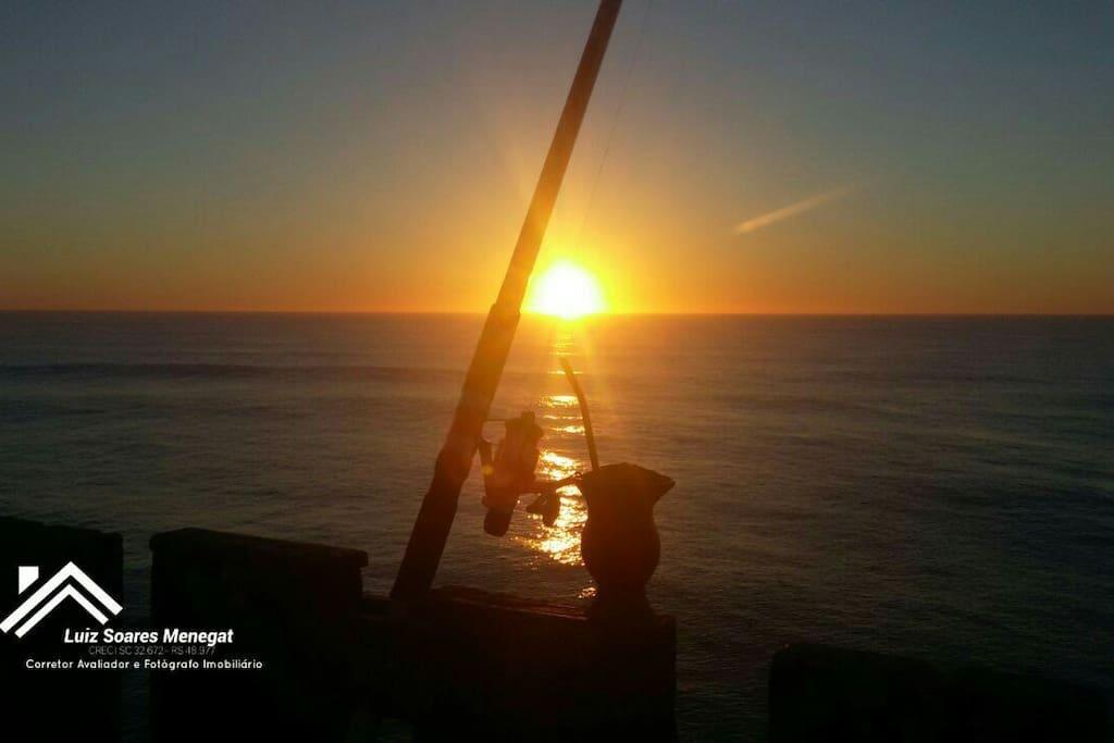 Plataforma de pesca no amanhecer