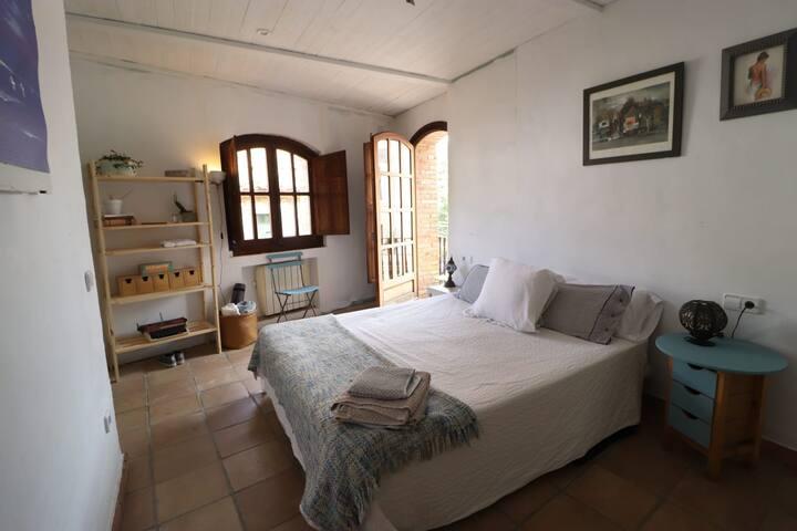 Acogedora habitación con baño en L'alt Empordà