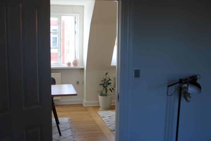 To værelser udlejes midt i Odense