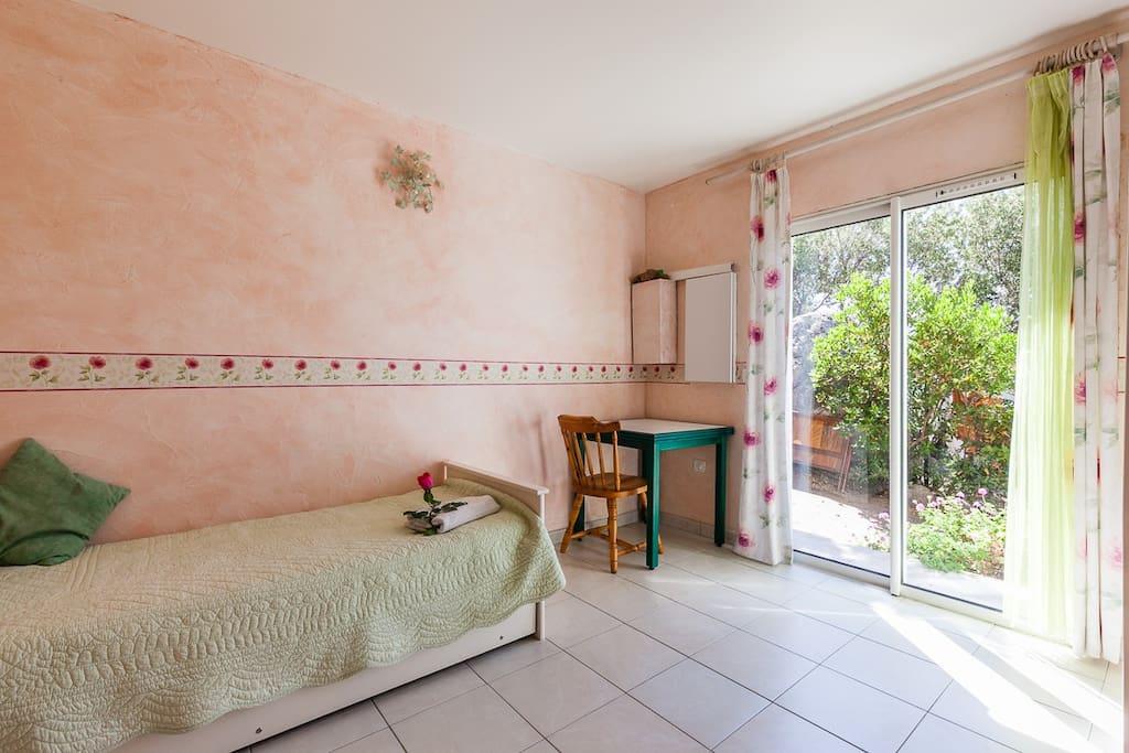 Chambre 2 avec lit gigogne ( 2 lits en 80, ou 1 lit en 160)
