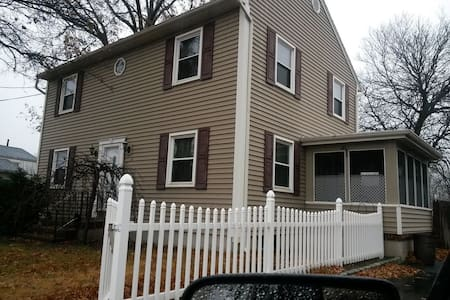 Cozy private room near Rutgers & NYC. Hwy access. - East Brunswick - Hus
