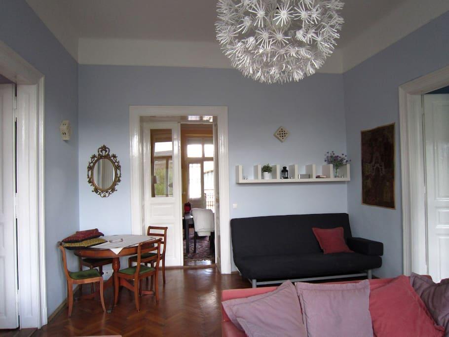 Salon donnant sur la salle à manger et deux chambres