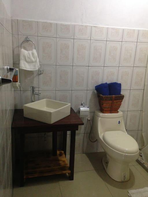 Baño de la cabaña 2
