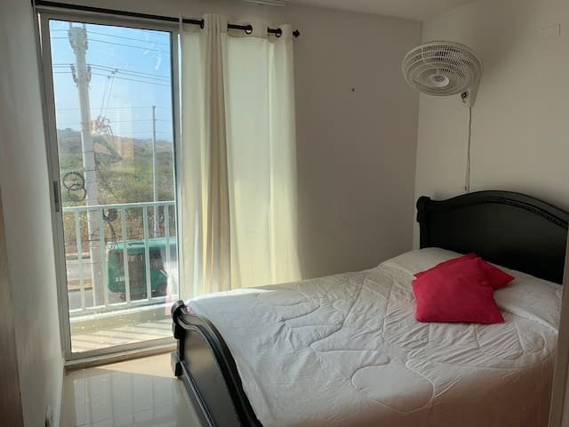 Cama doble, habitación para 1 o 2 personas, pequeño balcón con vista a la avenida, es con abanico