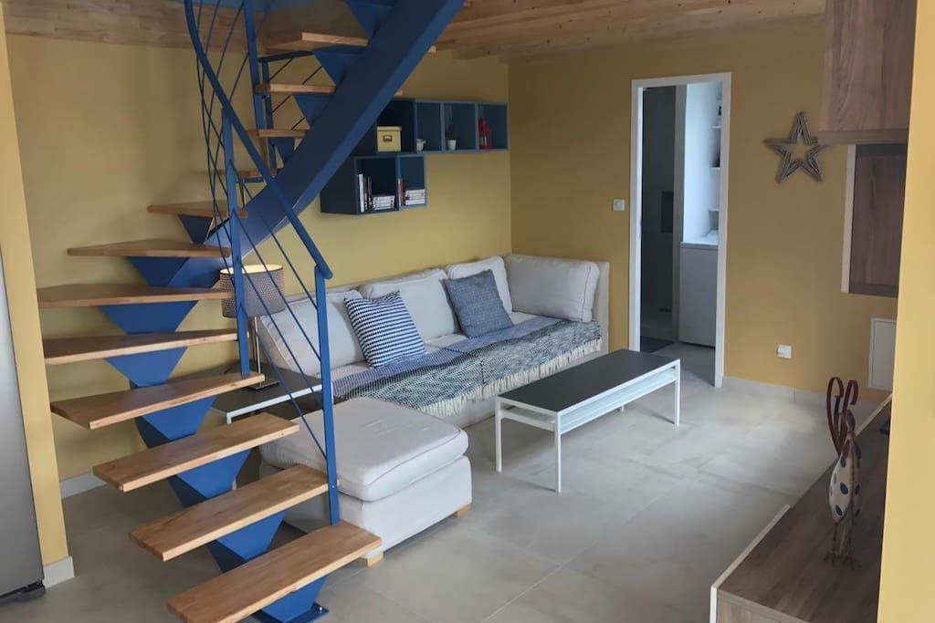 Un salon neuf et très confortable