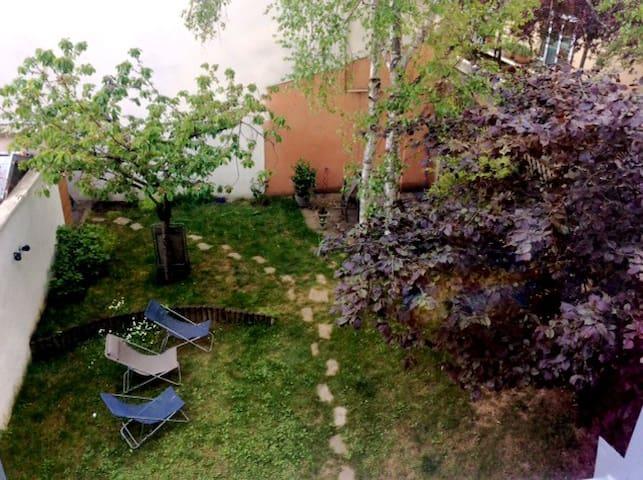 Grande maison d'architecte-jardin