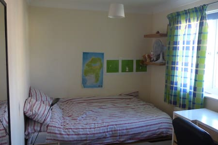 Spacious double bedroom,private bathroom,breakfast - Cambourne - Σπίτι