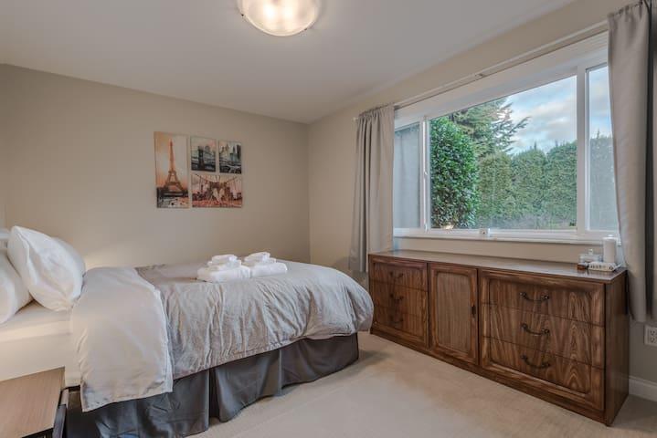 Private Room w/ Amazing View - Hollyburn Ridge